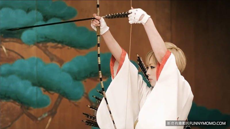 引經據典的日本弓道射姿勢,拉滿弓時優美典雅。