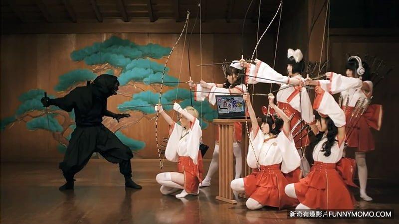 日本弓超過2公尺為世界之最,為了便於騎射,握把不位於弓的中心,而於弓下方三分之一處。