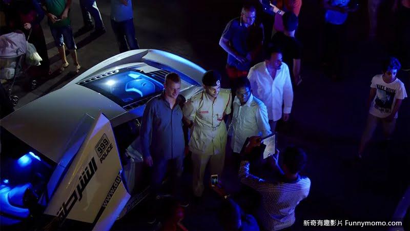 杜拜警車所到之處人們紛紛合映紀念