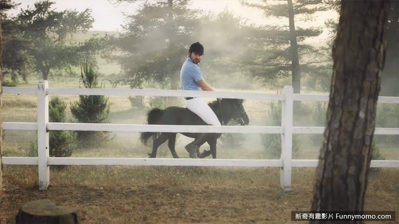 奇幻旅程另一章,男主角騎著一匹溫馴的迷你馬