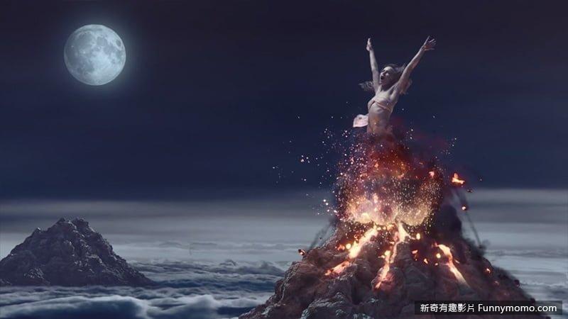 女主角從火山噴發出來...驚