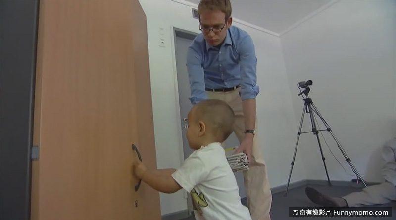 小朋友幫他打開櫃子的門