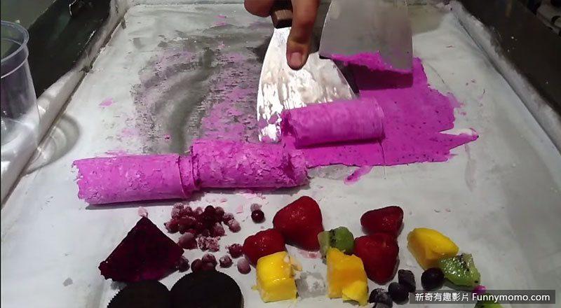 用冰鏟將原料鏟成捲狀