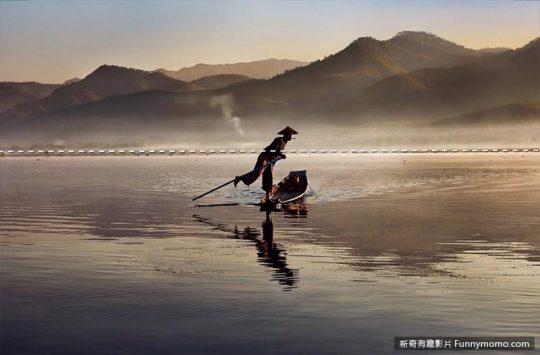 以截圖為例,遠處的山與水中倒影即是對稱,給人一種平衡及穩定的感覺。