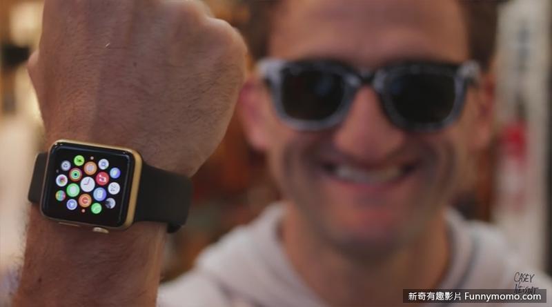 紐約電影導演CaseyNeistat得意的秀出自己的作品-金色Apple Watch