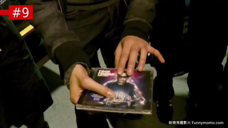 挪動CD封面上人物的太陽眼鏡